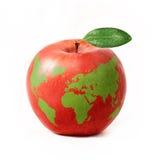 Mela rossa con la mappa di mondo verde, isolata su fondo bianco Fotografia Stock Libera da Diritti