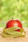 Mela rossa con nastro adesivo di misurazione Immagini Stock