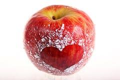 Mela rossa con un cuore Fotografia Stock Libera da Diritti