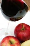 Mela rossa e vino rosso Immagine Stock Libera da Diritti