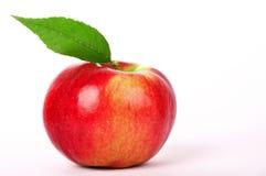 Mela rossa fresca con la foglia verde isolata su bianco Fotografia Stock Libera da Diritti