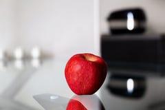 Mela rossa fresca matura sulla tavola di vetro Immagine Stock Libera da Diritti