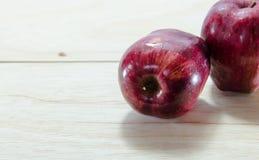 Mela rossa su fondo di legno Fotografia Stock