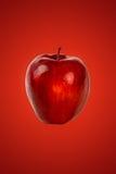 Mela rossa su rosso Fotografia Stock Libera da Diritti