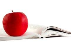 Mela rossa su un libro immagine stock