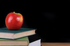 Mela rossa sui libri per di nuovo alla scuola Fotografia Stock Libera da Diritti
