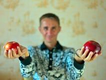 Mela rossa sulla mano dell'uomo Fotografia Stock