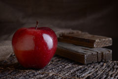 Mela rossa sulla tavola deoevensky Immagine Stock Libera da Diritti