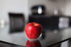 Mela rossa sulla tavola di vetro Immagine Stock Libera da Diritti