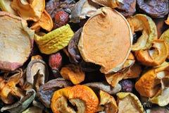 Mela secca di frutti, pera, fette rosa delle albicocche sul bordo di legno Fotografia Stock