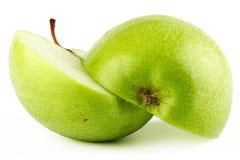 Mela verde affettata con le gocce di rugiada Immagini Stock Libere da Diritti