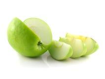 Mela verde affettata isolata con tre fette. Immagini Stock