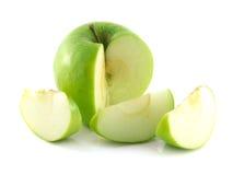 Mela verde affettata isolata con tre fette. Immagine Stock Libera da Diritti