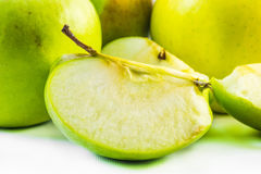 Mela verde affettata nei pezzi ed in mele nei precedenti fotografie stock libere da diritti