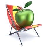 Mela verde che si siede nella sedia di spiaggia Immagini Stock