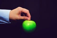 Mela verde che tiene a mano Immagine Stock Libera da Diritti