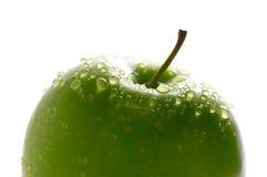 Mela verde con i dewdrops Fotografie Stock Libere da Diritti