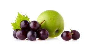 Mela verde con il mazzo dell'uva isolato su fondo bianco Fotografie Stock