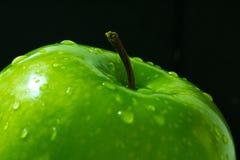 Mela verde con le goccioline di acqua fotografia stock libera da diritti