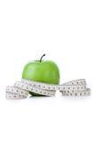 Mela verde con nastro adesivo di misurazione Immagini Stock Libere da Diritti