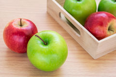 Mela verde e mela di rosso Fotografia Stock Libera da Diritti