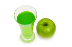 Mela verde e spremuta isolate sul bianco Immagine Stock