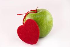 Mela verde ed il cuore Immagine Stock Libera da Diritti