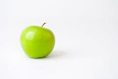 Mela verde isolata su un fondo bianco Fotografie Stock Libere da Diritti
