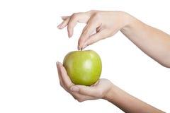 Mela verde in mani Fotografia Stock