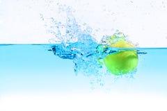 Mela verde nell'ambito della spruzzatura dell'acqua Immagine Stock Libera da Diritti
