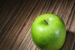 Mela verde sulla tavola rustica di legno Fotografia Stock Libera da Diritti