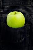 Mela verde in tasca dei jeans Fotografia Stock Libera da Diritti