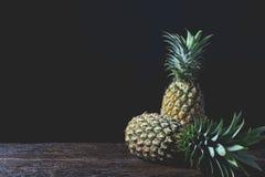 Mela, vitamina e buon freschi del pino per salute sulla tavola di legno Immagine Stock Libera da Diritti