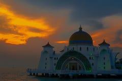 Melaka日落的海峡清真寺由与橙色蓝色gr的水 库存图片