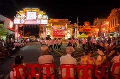 Melaka,马来西亚- 11月21:人通行证看法在夜走的街道在Melaka,马来西亚  11月21日, 图库摄影