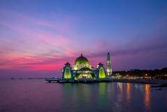 Melaka do selat de Masjid em malacca, malaysia no crepúsculo fotografia de stock royalty free
