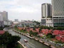 Melaka flod bland byggnad royaltyfria bilder