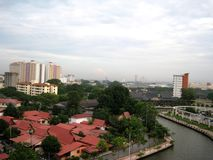 Melaka flod bland byggnad royaltyfri bild