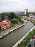 Melaka flod bland byggnad royaltyfri foto