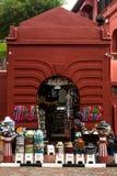 Melakka Malaysia - Augusti 10, 2015: En turist shoppar visa många hattar Royaltyfri Foto