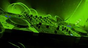 Melanżer z zielonymi brzmieniami w nocy przyjęciu Zdjęcia Royalty Free