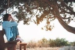 Melancholic девушка отдыхает около Большой Тройки стоковое изображение rf