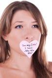 Melancholische junge Frau mit Papierinneraufkleber Lizenzfreie Stockbilder