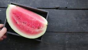 A melancia cortada na mesa de cozinha vídeos de arquivo