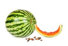 A melancia inteira fresca com parte morde fora e sementes Fotografia de Stock Royalty Free