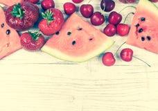 Melancia, morangos e cerejas no fundo de madeira Fotografia de Stock Royalty Free