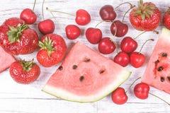 Melancia, morangos e cerejas no fundo de madeira Imagem de Stock Royalty Free