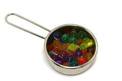 Melancia, placa com as bolas coloridas dos doces no fundo branco, isolado imagens de stock