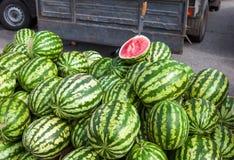 Melancias frescas para a venda no mercado dos fazendeiros imagens de stock royalty free