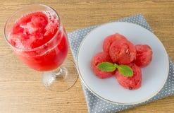 Melancias maduras vermelhas frescas com suco da melancia Fotografia de Stock Royalty Free